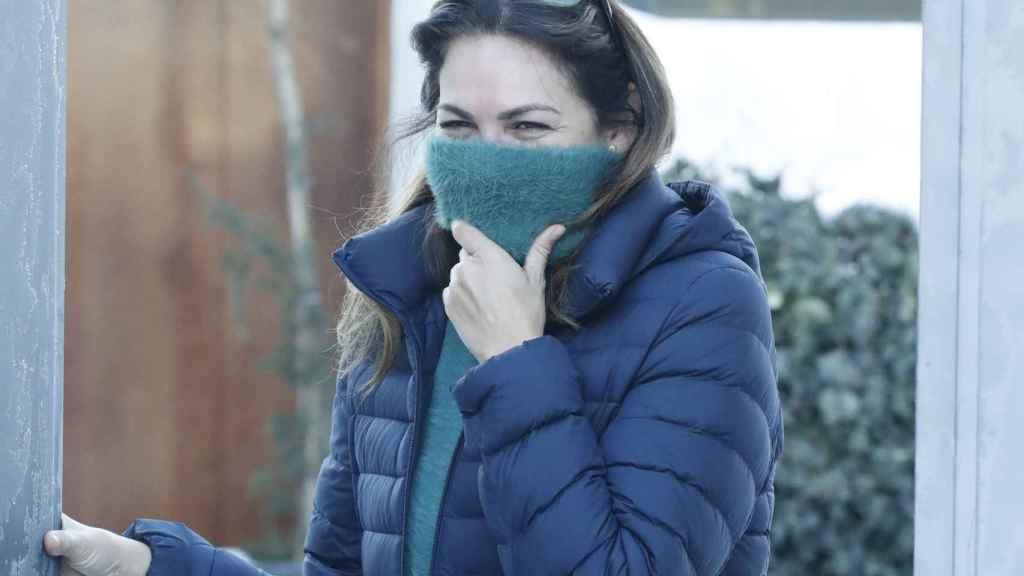 Fabiola Martínez a las puertas de su casa atendiendo a los medios de comunicación tras la ruptura.