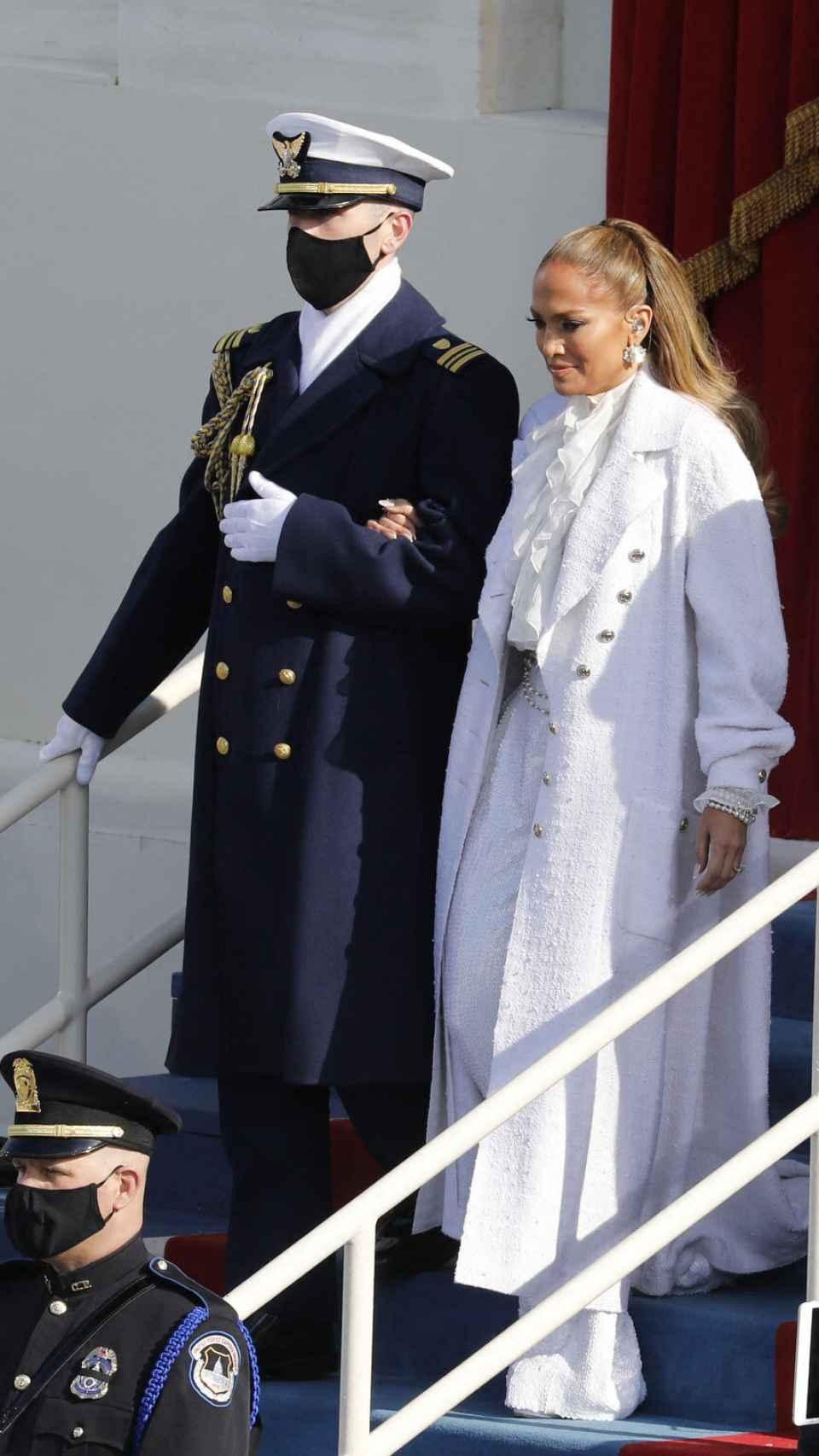 Jennifer Lopez con 'total look' de Chanel.