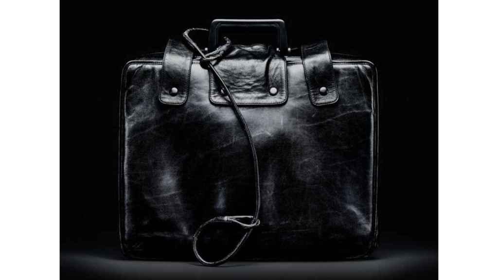 Ejemplar de maletín nuclear expuesto en un museo
