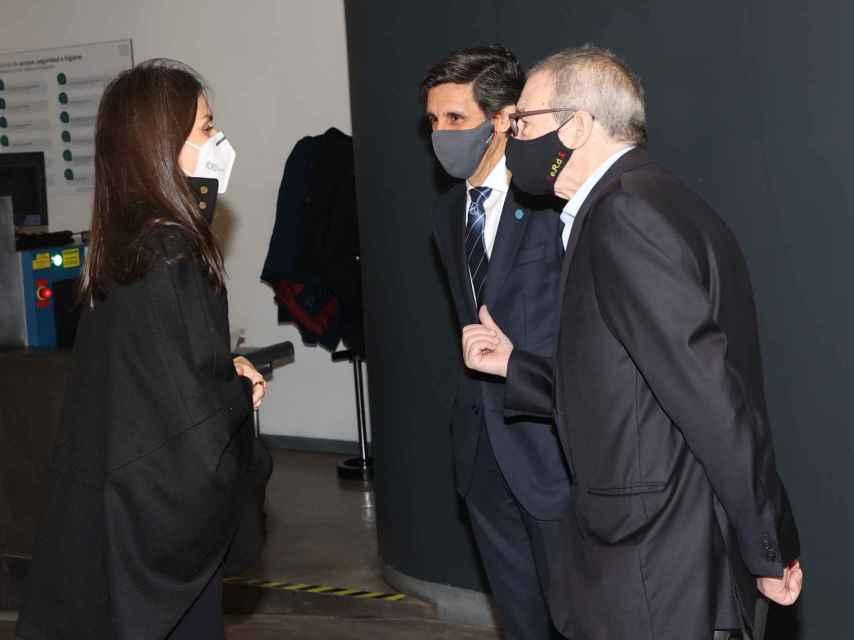 A su llegada a Telefónica la Reina llevaba la capa negra de Hugo Boss.