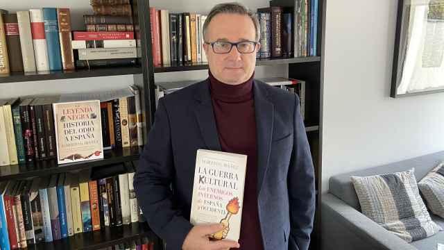 Alberto Gil Ibáñez posa con un ejemplar de 'La guerra cultural: los enemigos internos de España y Occidente'.