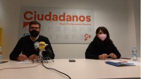 Javier Gutiérrez y Julia Parra, representantes de Cs en la Diputación de Alicante, en su comparecencia. EE