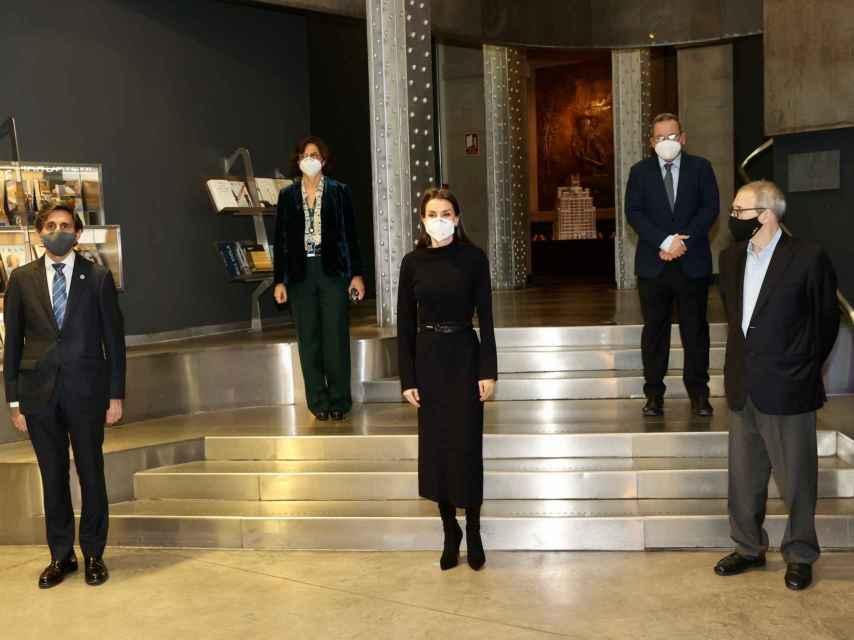 La reina Letizia con 'total black look' en Madrid.