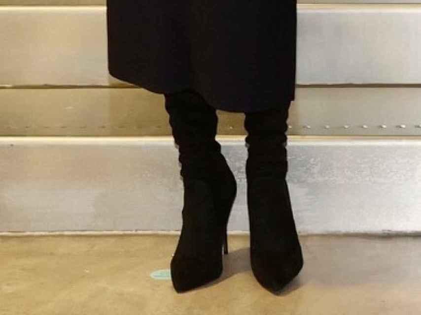 Letizia ha combinado su 'outfit' con unas botas mosqueteras de ante de Steve Madden.