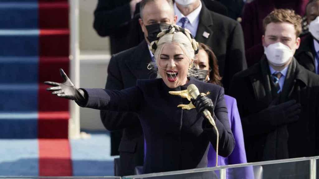 Lady Gaga interpretando el himno de Estados Unidos en la investidura de Joe Biden.