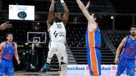 Cole, del ASVEL, lanzando ante el Valencia Basket