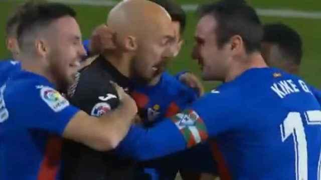 Dmitrovic celebra su gol con el Eibar