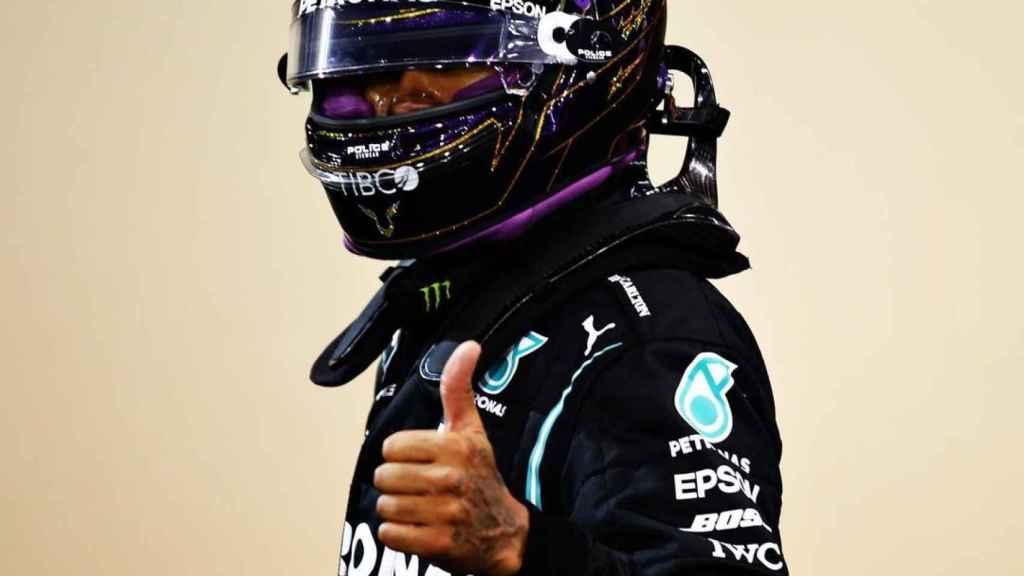 Lewis Hamilton posa con el mono del equipo Mercedes