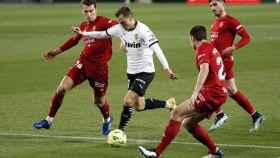 Cheryshev, rodeado de rivales durante el Valencia - Osasuna de la jornada 19 de La Liga