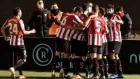 Piña de los jugadores del Athletic para celebrar el gol ante el Ibiza en la Copa del Rey