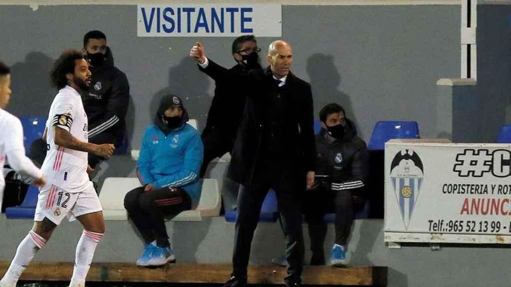 Zinedine Zidane da indicaciones a sus jugadores en El Collao