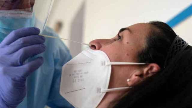 Un sanitario realiza un test Covid a una mujer. Efe