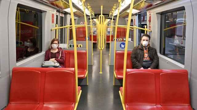 Dos pasajeros en el metro de Viena.