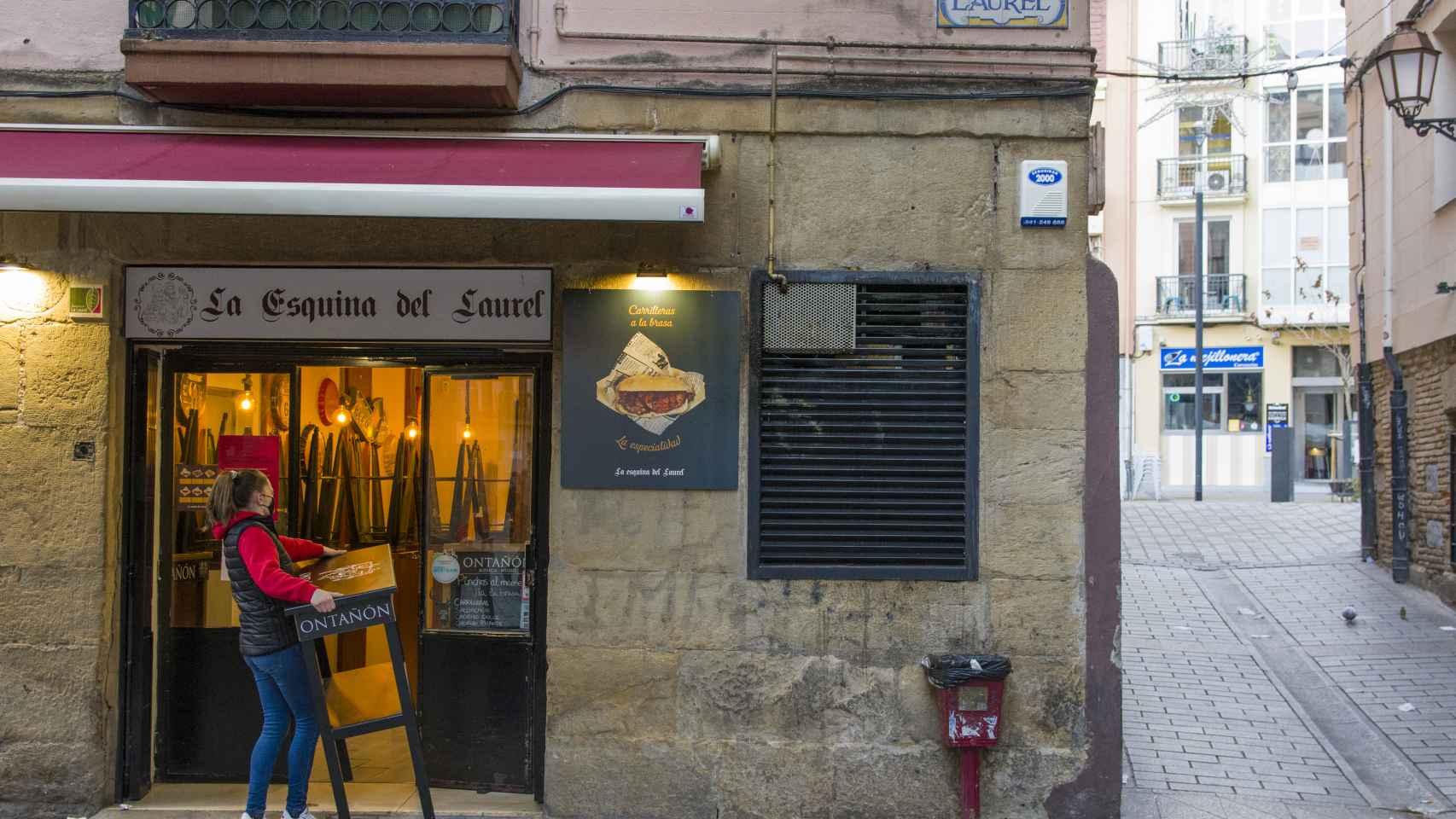 Una camarera recoge su establecimiento en La Rioja.