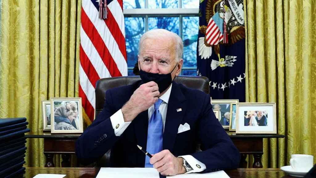 Joe Biden firma sus primeras órdenes ejecutivas como presidente de Estados Unidos.