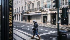 Una mujer pasea en una calle de Lisboa.
