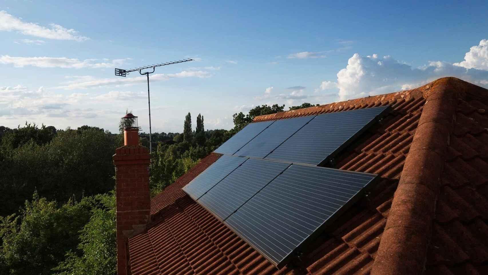 Paneles solares sobre una casa.