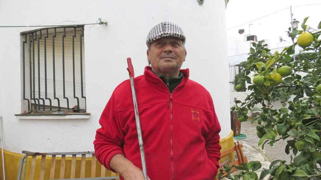 José Rivera en su casa de Barbate.
