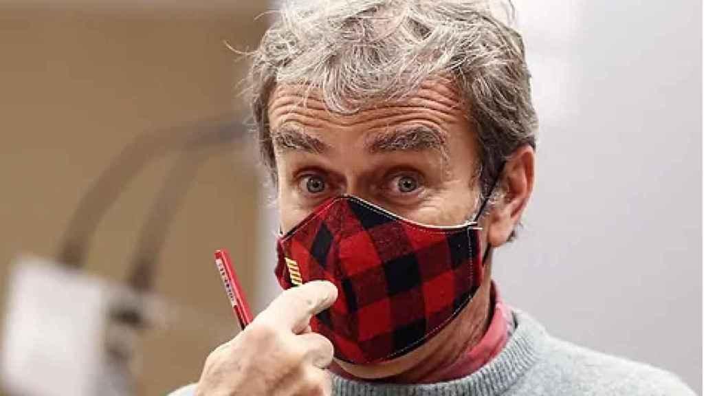 Fernando Simón, utilizando una mascarillas de cuadros rojos y negros el pasado octubre.