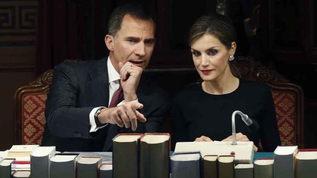 El rey Felipe VI conversando con la reina Letizia durante una reunión plenaria de la Real Academia Española (RAE).