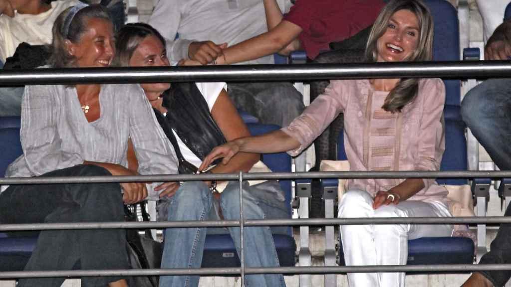La Reina junto a dos amigas en un concierto.