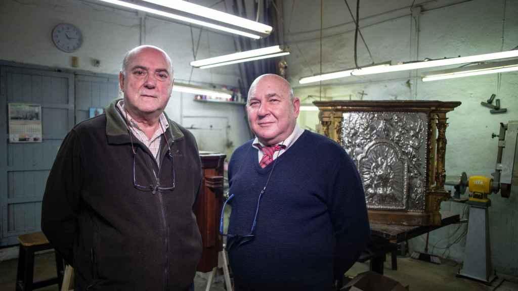 Dos de los hermanos Delgado en su taller.