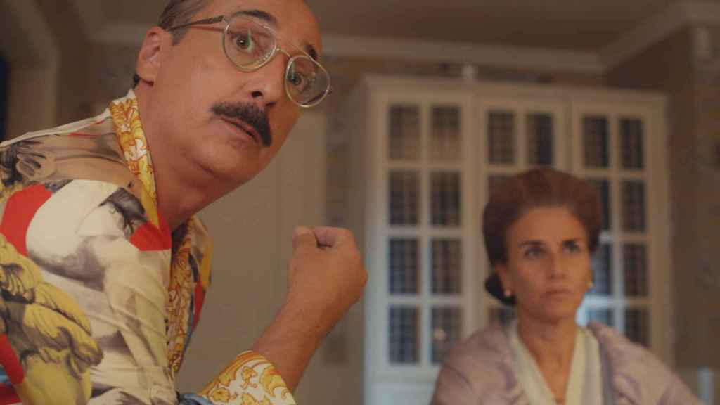Javi Coll y Mona Martínez en el primer episodio de 'Deudas'.