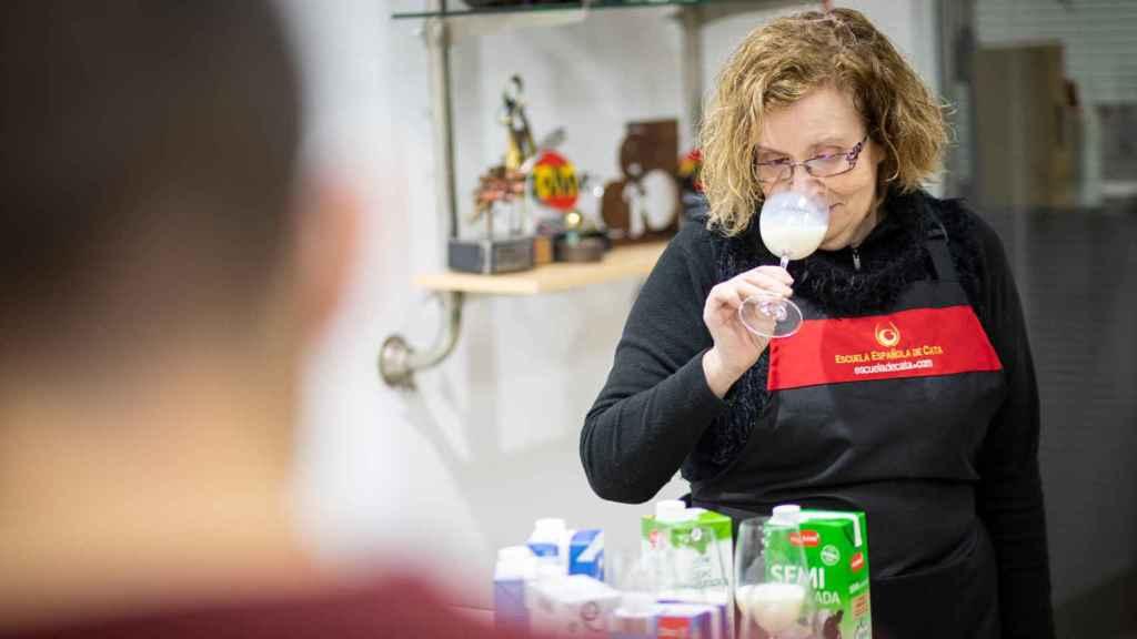 La catadora Carmen Garrobo huele cada una de la seis leches semidesnatadas de los supermercados.