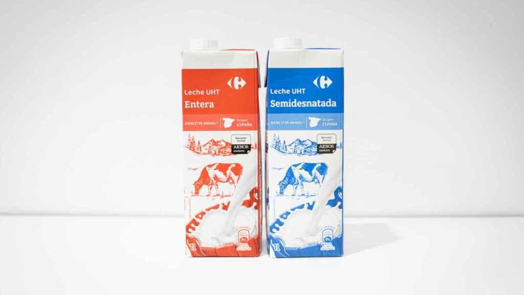 A la izquierda, la leche entera de Carrefour y, a la derecha, la semidesnatada.