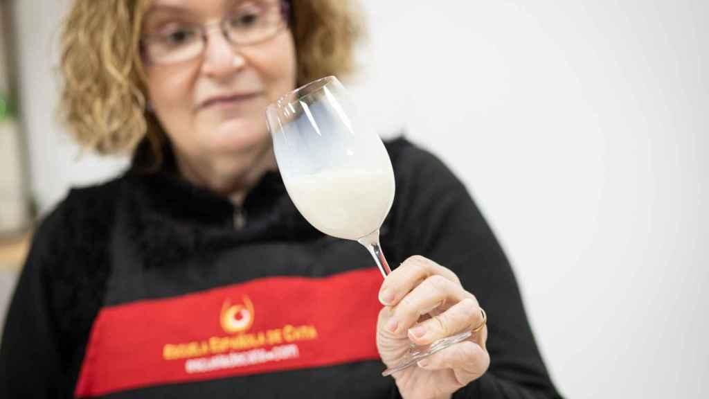 La experta Carmen siempre observa el rastro que deja cada leche en el cristal de la copa.