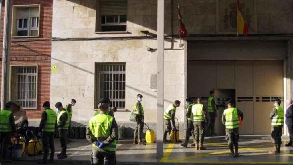 Miembros del Ejército desinfectan una prisión en País Vasco.