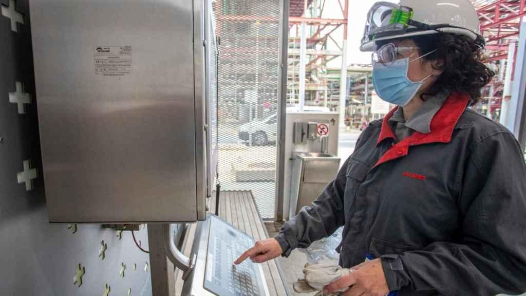 Esther González, en la planta química de Cespa.