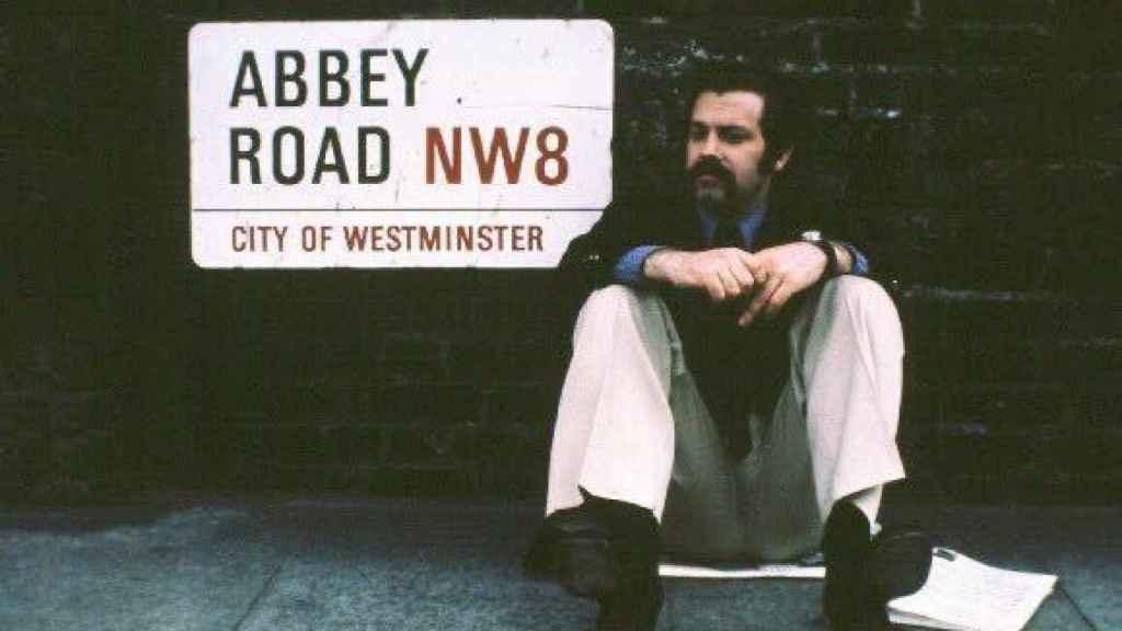 Íñigo, durante su estancia en Londres, posa junto al cartel de Abbey Road
