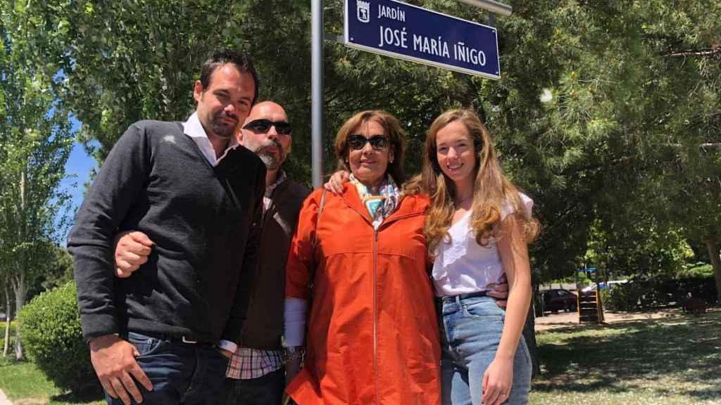 Su familia posa junto al cartel del parque nombrado en su memoria
