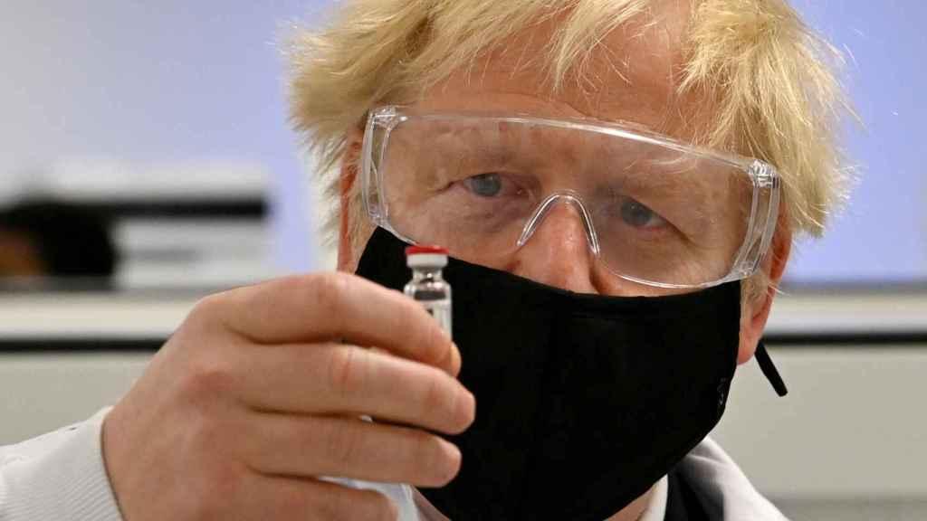 Boris Johnson  con un vial de la vacuna de AstraZeneca.
