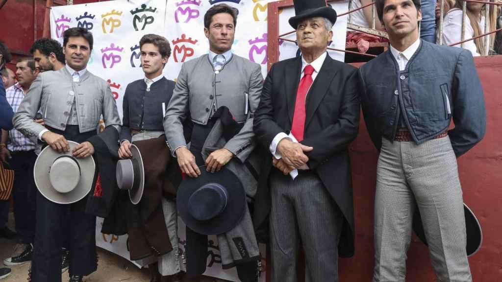 José Rivera 'Riverita', junto a sus sobrinos, en un festival taurino en homenaje a su trayectoria.