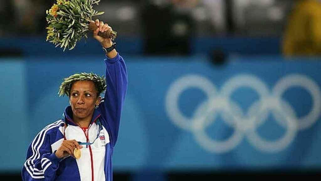 Kelly Holmes con su medalla de los JJOO