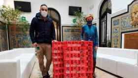 Entrega de las latas de cerveza La Sagra al ayuntamiento de Yuncos