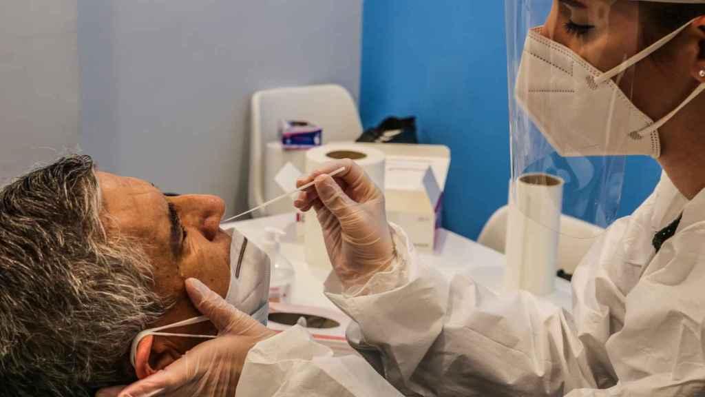 Un empleado se somete a una prueba de coronavirus en la Universidad San Pablo CEU en Madrid.
