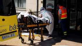 Personal sanitario del Hospital de Lugo traslada a un paciente.