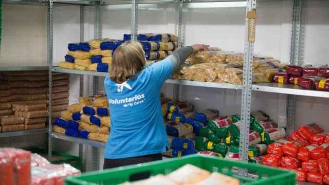 Voluntarios trabajando en un banco de alimentos.