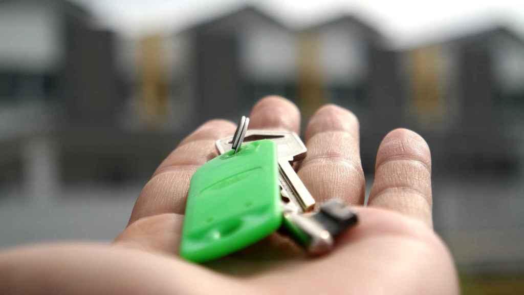 Llave en mano en una construcción inmobiliaria.