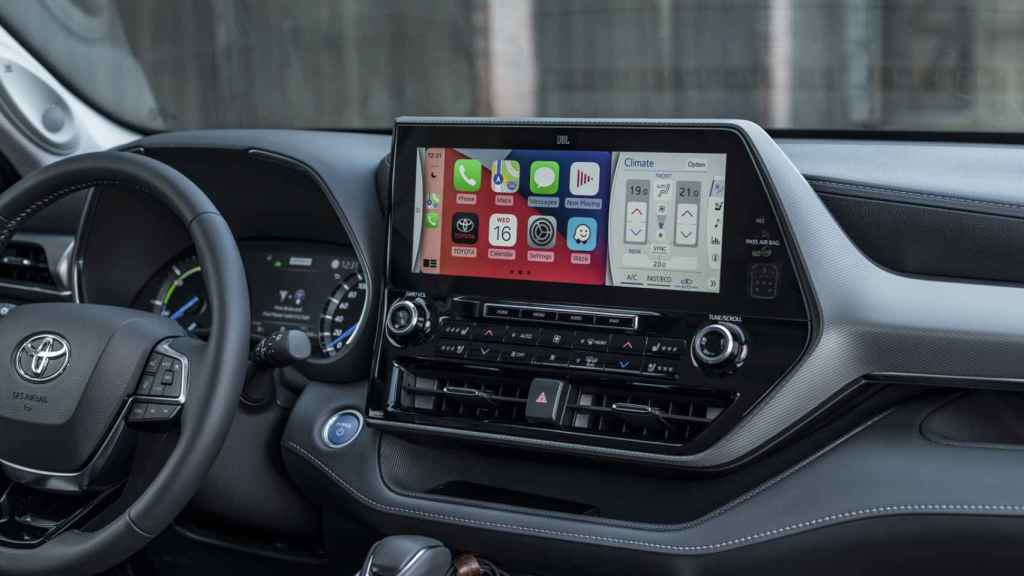 De serie incluye la pantalla de ocho pulgadas con Apple CarPlay y Android Auto.