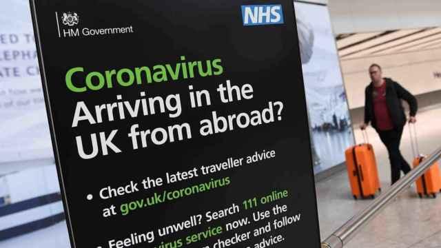 Un pasajero llegando a uno de los Aeropuertos de Londres. Efe