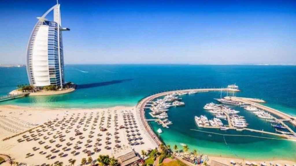 El programa ofrece una atención completa durante el viaje de tres semanas en Dubái.