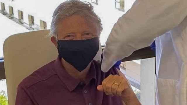 Bill Gates en el momento de su vacunación