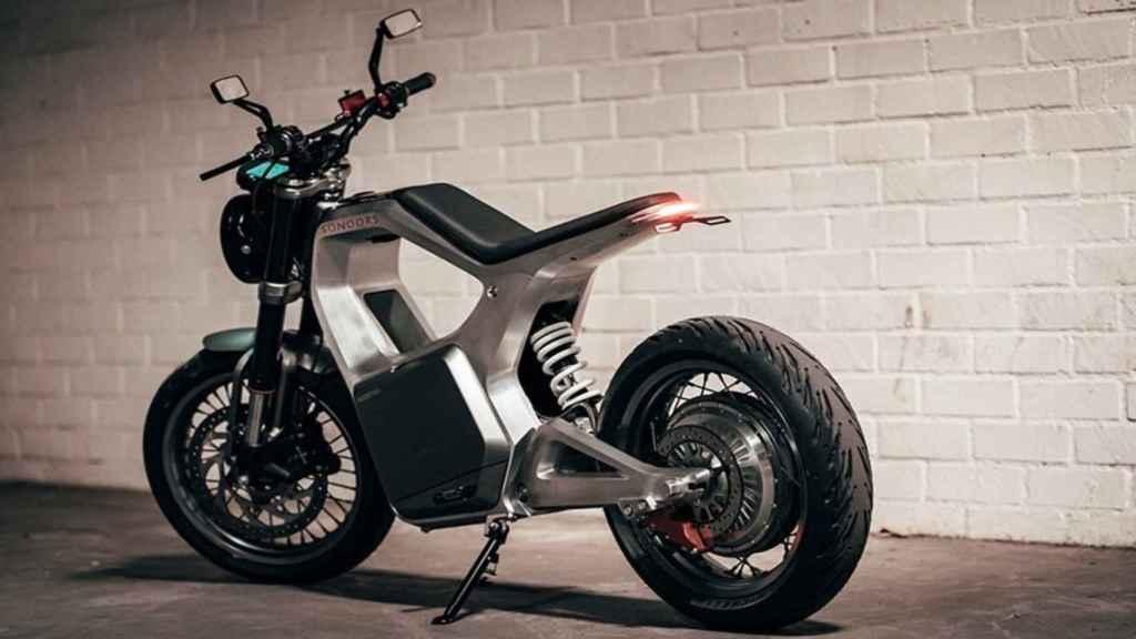 La motocicleta eléctrica es liviana y está fabricada en metal.