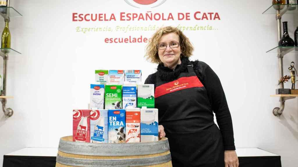 Las 12 leches -6 enteras y 6 semidesnatadas- analizadas por Carmen Garrobo, experta de la Escuela Española de Cata.