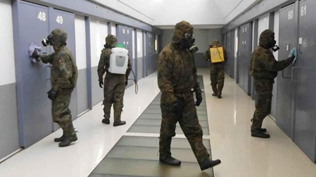 Miembros del Ejército desinfectando una prisión.