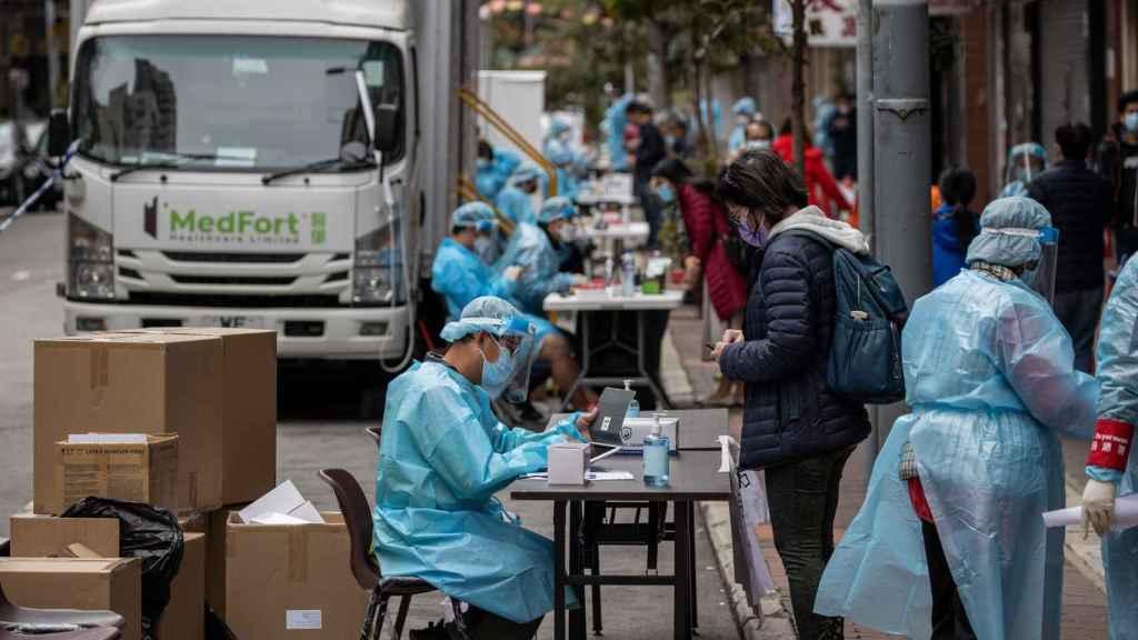 Residentes del barrio de Jordan, en Hong Kong, en pruebas Covid.
